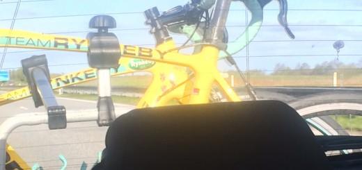 De gule rynkeracere hænger fint bag på bilen